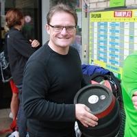 Jörg holte das Fäßchen. 10 Liter Freibier.