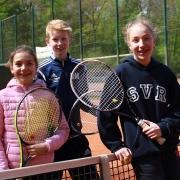 Clara, Dominic und Luisa auf dem Centercourt.