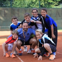 Trainer Adrian mit den Jungs auf dem Centercourt.
