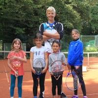 Trainer Philipp mit Alma, Lina, Lina und Cecilia