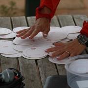 Der TL-Tisch auf dem Damm. Nicole bereitet die Auslosung vor.