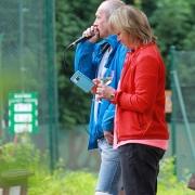 DJ und Moderator Michael. Nicole postet gerade etwas auf die SVR Tennis facebook-Seite?