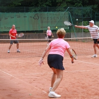 Peter und Gerda (hinten) gegen Elke und Pieter.