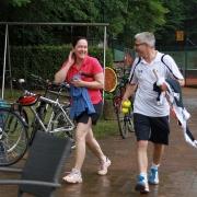 Claudia und Ingo flüchten sich in die Regenpause.