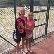 Luisa und Clara beim 61. Baltrumer Gäste-Tennisturnier