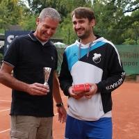 Frank ehrt Matthias, den Sieger der He30-Nebenrunde