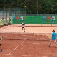 Jakob und Florian (vorne) gewannen 7:5, 6:4.