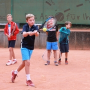 Felix am Ball beim Feriencamp der Tennisschule Holthaus