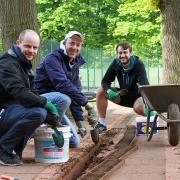 Jakob, Florian und Matthias. Den ganzen Damm. Das war Knochenarbeit.