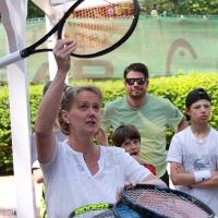 Turnierleiterin Eta lost die Paarungen aus.