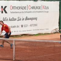 Jürgen legt den Ball quer hinters Netz.