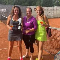 Herzliche Glückwünsche an die Siegerinnen Susanne und Stephanie. In der Mitte Turnierleiterin Andrea.