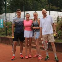 Es wurde auch Tennis gespielt: Familiendoppel auf Platz 2