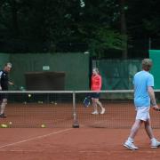 Die Tennisschule Holthaus bot Schnuppertraining an. Hier Rundlauf mit Richard (rechts).