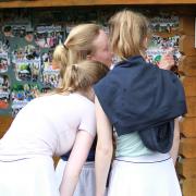 An der Grillhütte hingen einige Fotos der Vorjahre.