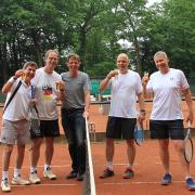 Udo (Mitte) brachte Getränke für Michael, Peter, Guido und Jürgen.