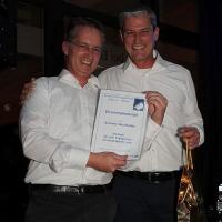 Winterfest 2016: Andreas wurde von Frank mit einer einjährigen Ehrenmitgliedschaft geehrt. Für den Aufbau und die technische Pflege der Hallenbuchung über das Internet.